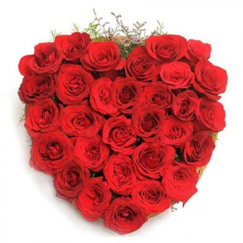 898350red_roses_heart_shape